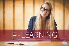 Istruzione e testo e donna di e-learning che si siedono ad una biblioteca Immagine Stock