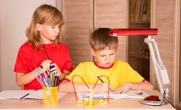 Istruzione, infanzia, la gente, compito e concetto della scuola - chil fotografia stock