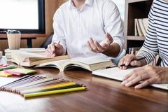Istruzione, insegnamento, imparante concetto Due gruppi degli studenti o dei compagni di classe della High School che si siedono  immagine stock