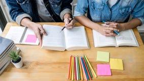 Istruzione, insegnamento, imparante concetto Istitutore del gruppo degli studenti o dei compagni di classe della High School in b immagine stock libera da diritti