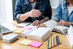 Istruzione, insegnamento, imparare, tecnologia e concetto della gente Due studenti o compagni di classe della High School con l'a immagine stock