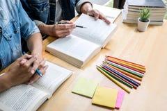 Istruzione, insegnamento, imparare, tecnologia e concetto della gente Due studenti o compagni di classe della High School con l'a immagine stock libera da diritti