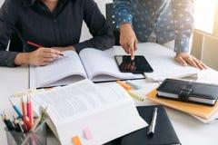 Istruzione, insegnamento, imparare, tecnologia e concetto della gente La TW Immagine Stock