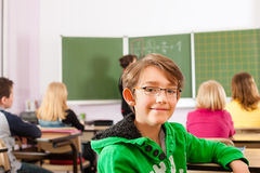 Istruzione - insegnante con l'allievo nell'insegnamento della scuola Fotografia Stock