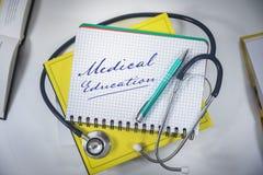 istruzione medica - imparare i libri e stetoscopio fotografie stock libere da diritti