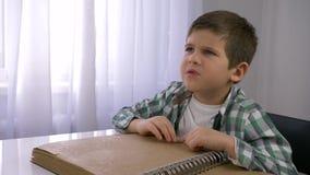 Istruzione per il ragazzo cieco e malato del bambino che legge il libro di Braille con la serie di caratteri per seduta cieca all stock footage