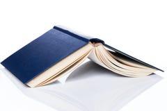Istruzione, scienza. Vecchio libro su fondo bianco Fotografia Stock