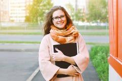 Istruzione, studente, autunno e concetto della gente - ragazza felice Fotografia Stock