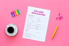 Istruzione superiore Modulo di domanda dell'istituto universitario pronto a riempire vicino alla tazza ed alla cancelleria di caf Fotografia Stock Libera da Diritti