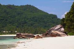 Istruzioni del basalto e della spiaggia sabbiosa Baie Lazare, Mahe, Seychelles Immagini Stock Libere da Diritti