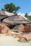 Istruzioni del basalto sulla costa tropicale Baie Lazare, Mahe, Seychelles Immagini Stock