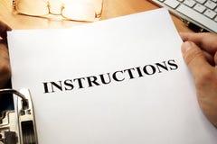 Istruzioni in una cartella blu fotografie stock