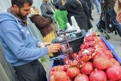 Istunbul Tulkey 2014年12月卖石榴汁的一个人 J 免版税库存照片
