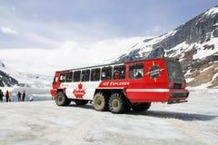 Isutforskare på den Athabasca glaciären, Banff, Kanada royaltyfri fotografi