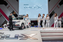 Isuzu MU-x ondisplay com modelo Imagens de Stock