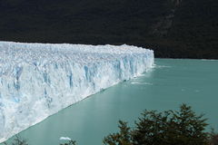 Isvägg på den blåa sjön Arkivfoton