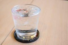 Isvatten i exponeringsglas Royaltyfri Bild