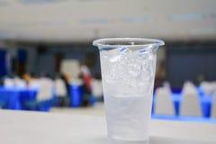 Isvatten i exponeringsglas-plast- i bakgrund för seminariumkonferensrum Välj fokusen med grunt djup av fältet Royaltyfria Foton