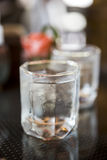 Isvatten i trevligt designexponeringsglas Royaltyfri Bild