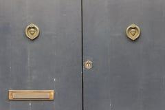 Itália, Acireale (Catania): Feche acima de duas portas velhas rústicas Foto de Stock Royalty Free