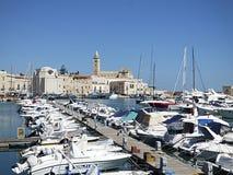 Itália, Apulia, Trani, o porto e a catedral românico no fundo fotos de stock