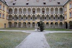 Itália, Bressanone, colunata do pátio do palácio do bispo do diocesano do museu Foto de Stock Royalty Free
