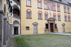 Itália, Bressanone, colunata do pátio do palácio do bispo do diocesano do museu Fotografia de Stock