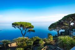 Itália, costa de Amalfitana, Ravello, vista na costa da casa de campo Rufolo fotos de stock