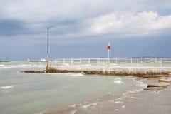 ITÁLIA, Falconara Marittima - 14 de agosto de 2013: Vista da praia Foto de Stock