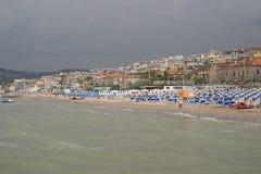 ITÁLIA, Falconara Marittima - 14 de agosto de 2013: Vista da praia Fotografia de Stock