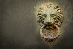 Itália: Feche acima da porta velha rústica Foto de Stock