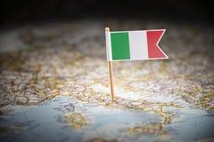 Itália identificou por meio de uma bandeira no mapa fotografia de stock