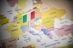 Itália identificou por meio de uma bandeira no mapa imagens de stock