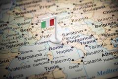 Itália identificou por meio de uma bandeira no mapa foto de stock royalty free