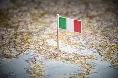 Itália identificou por meio de uma bandeira no mapa imagem de stock royalty free