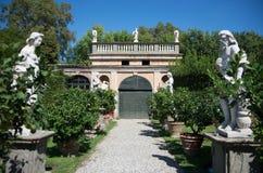 Itália, Lucca - 13 de setembro de 2014: a vista o jardim de Palazzo Pfanner fotos de stock royalty free