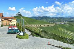 Itália, Piedmont, Langhe, turistas do vinho no ` de Cascina Monfalletto do ` foto de stock