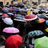 Itália, Roma - em setembro de 2016: A multidão com guarda-chuvas é fonte próxima ereta do Trevi
