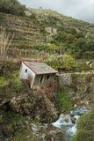 Itália rural - casa inclinada abandonada em Vernazza, Cinque Terre imagem de stock
