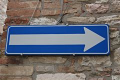 Itália: Sentido imperativo do sinal da estrada foto de stock royalty free