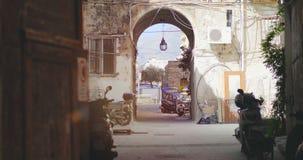 Itália, Sicília - em outubro de 2018 Motocicletas de residentes locais no pátio filme