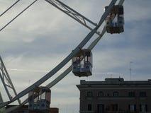 Itália sul, 12-12-2017: Roda de Ferris para os feriados do Natal na frente marítima Fotos de Stock Royalty Free