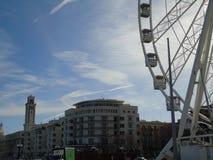 Itália sul, 12-12-2017: Roda de Ferris para os feriados do Natal na frente marítima Foto de Stock Royalty Free