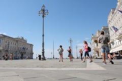 Itália, Trieste, turistas no quadrado da unidade Fotos de Stock Royalty Free