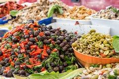 Itália: Uma tenda típica com produtos sicilianos Fotos de Stock Royalty Free