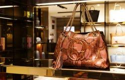 Itália, Veneza - 20 de março de 2015: Bolsas em uma loja de Gucci em velho Imagem de Stock Royalty Free