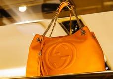 Itália, Veneza - 20 de março de 2015: Bolsas em uma loja de Gucci em velho Imagens de Stock Royalty Free