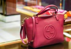 Itália, Veneza - 20 de março de 2015: Bolsas em uma loja de Gucci em velho Imagem de Stock