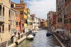 ITÁLIA, VENEZA - 7 de setembro: Opinião estreita do canal com os barcos no Ven Foto de Stock