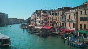 Itália, Veneza - em fevereiro de 2019: Panorama de Grand Canal no tempo ensolarado, vista da ponte vídeos de arquivo